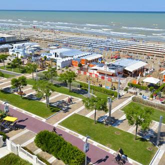Strand en boulevard bij Riccione