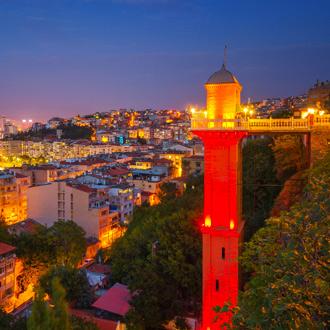 Uitzicht over de stad Izmir by night
