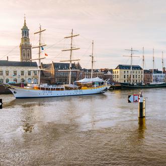 Haven met huisjesen een oud schip