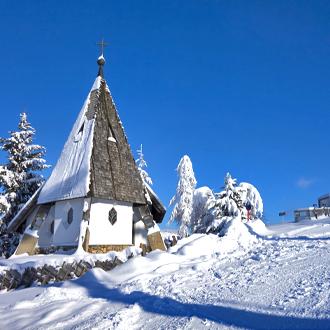 Kapel in de sneeuw in Westendorf Oostenrijk