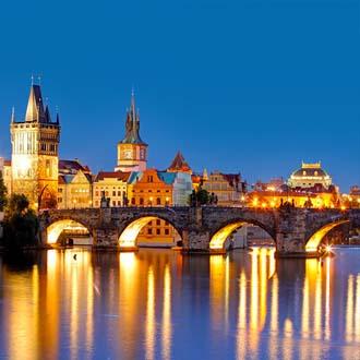 Karelsbrug in Praag in de avond