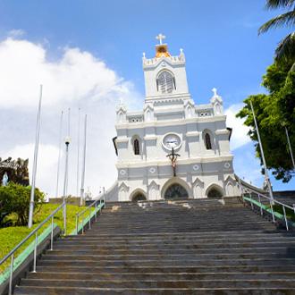 Een witte kerk in Kalutara, Sri Lanka