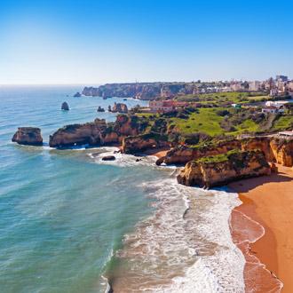 Kijk op de rotsachtige kust in Lagos, Portugal