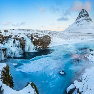 Kirkjufellwaterval met berg in IJsland