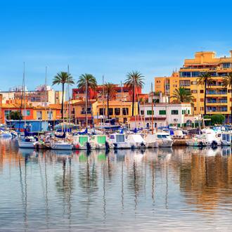 Haven met oranje gebouwen en bootjes