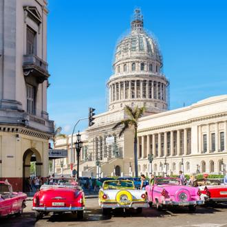 Kleurrijke klassieke auto's vlakbij het Capitool in Oud Havana, Cuba