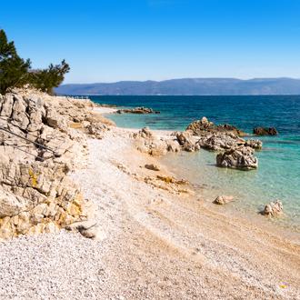 Kiezelstrand in Rabac, een plaats in Istrie, Kroatie
