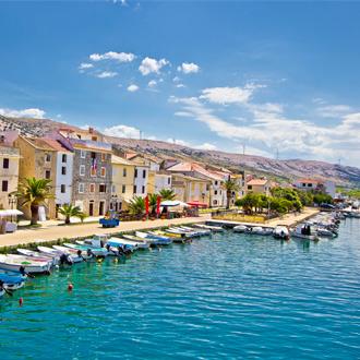 De Kroatische stad Pag vlakbij Kvarner met bootjes en gekleurde huisjes
