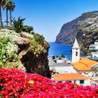 Kust met bloemen en huisjes in Madeira, Portugal