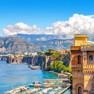 Haven met bergen op de achtergrond Sorrento
