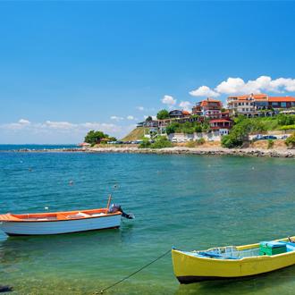 De kust van de Zwarte Zee met gekleurde bootjes in Bulgarije