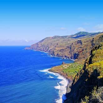 Noordkust Eiland La Palma met blauwe zee en rotsen
