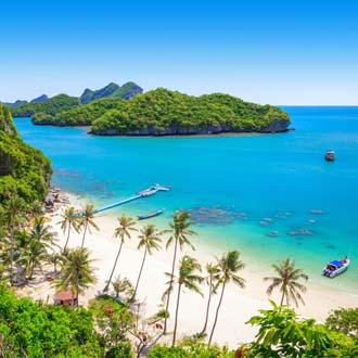 Mooie kustlijn met blauwe zee in Thailand
