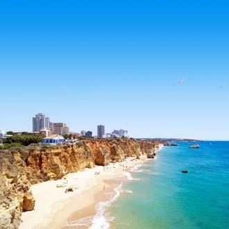 Kustlijn van de Algarve in Portugal