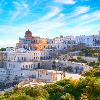Uitzicht vanaf de kustlijn over de witte huisjes in de omgeving van Lecce