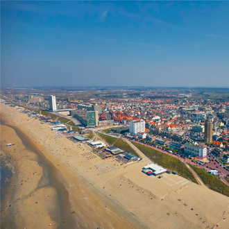 Kustlijn met strand en boulevard van Zandvoort, Nederland