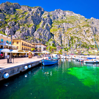 Kustlijn vanaf het water in Limone sul Garda
