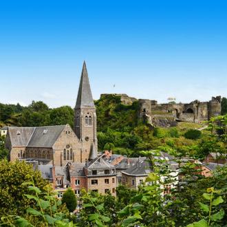 La Roche en Ardenne centrum met blauwe lucht Ardennen Belgie