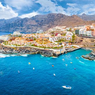 Landschap van Puerto Santiago, met uitzicht over de zee, huisjes en de rots Los Gigantes op Tenerife
