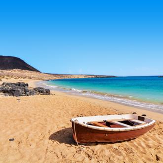Strand met bootje op La Graciosa op de Canarische eilanden.