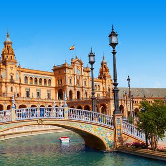 Plaza de Espana met blauwe lucht en water in Sevilla