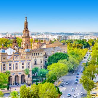 Straatbeeld van stad Sevilla met de kathedraal