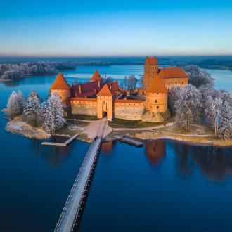 Uitzicht op de Trakai kasteel in de winter