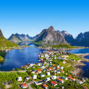 Lofoten in Noorwegen met huizen meren en bergen