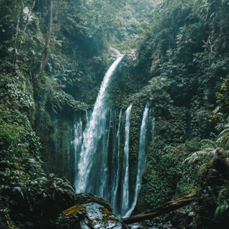 Prachtige waterval in Indonesië