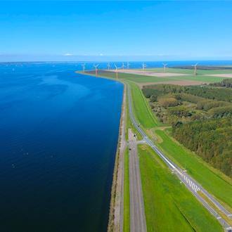 Luchtfoto van een dijk en polder van Flevoland (Almere-Poort)