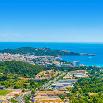 Luchtfoto van de Spaanse badplaats Cala Ratjada op Mallorca