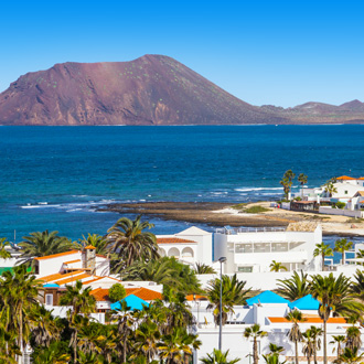 Luchtfoto van Corralejo op Fuerteventura met Isla de Lobos