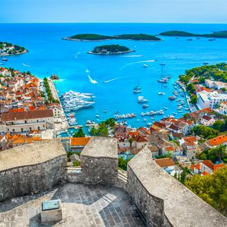 Luchtfoto uitzicht over Hvar stad met mooie haven in Kroatië