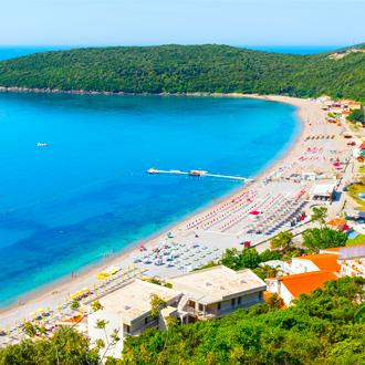 Luchtfoto van Adriatishce zee en Jaz beach, Montenegro
