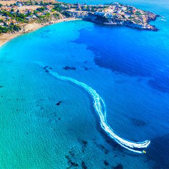 Luchtfoto van Coral Bay Beach op Paphos