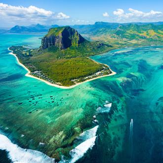 Luchtfoto van Mauritius en de beroemde Le Morne Brabant Berg