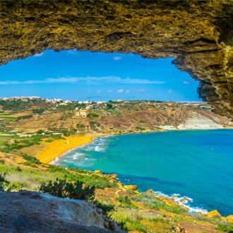 Het zandstrand in Ramla Bay in Gozo op Malta