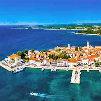 Luchtfoto van de oude stad Porec, Istrië, Kroatië