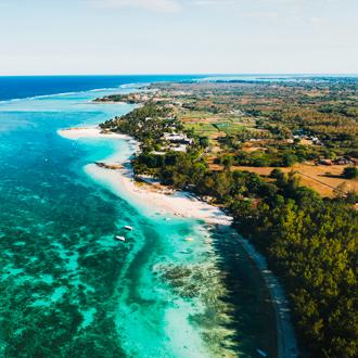 De kustlijn van Belle Mare op Mauritius