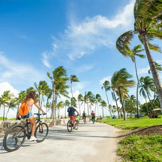 Fietsers aan het fietsen op de boulevard in Lummus Park  Miami