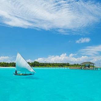 Foto van een steiger en zeilbootje op zee bij Holiday Island Resort