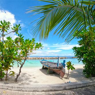 Bootje op een verlaten stukje strand op de Malediven