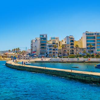 Malta Bugibba uitzicht op het strand en de pier