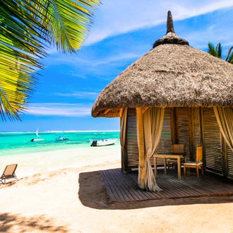 Massagehutje op het strand op het eiland Mauritius