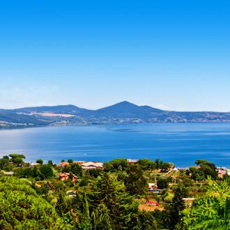 Uitzicht over het Bracciano meer in Lazio