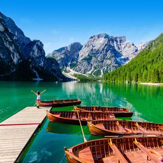 Steiger en bootjes op het Braies Meer in de Dolomieten Italie