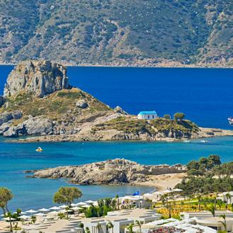 Mooi strand met zee en Aghios Stefanos op Kos, Griekenland