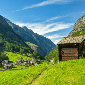 Prachtige groene vallei in het Saastal met een berghutje bij Saas Grund