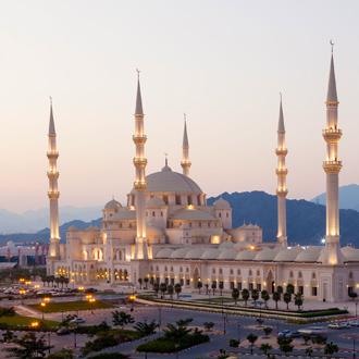 Prachtige moskee van Fujairah, met ondergaande zon