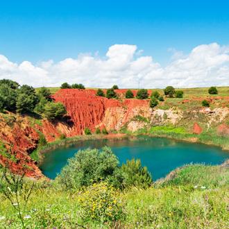 Natuur bij Otranto met rood zand en groen water in de omgeving van Lecce